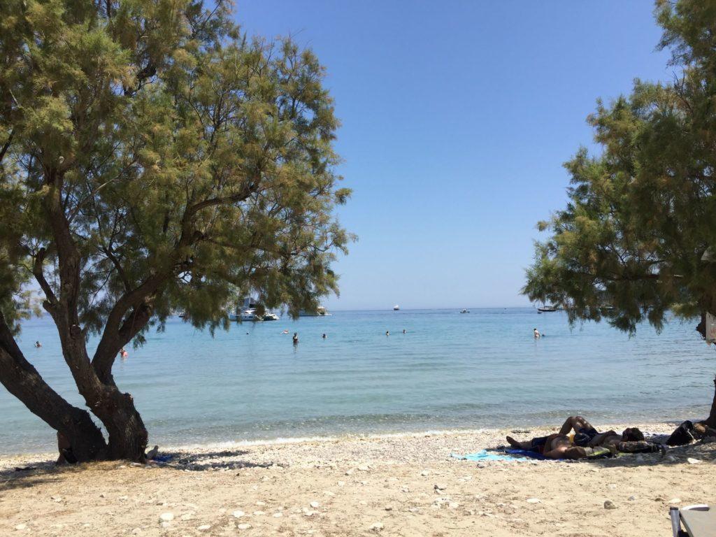 Olivenbaeume spenden Schatten am Strand von Limni Keri